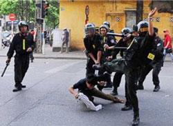 Cảnh công an đang đánh người. Photo courtesy of Nữ vương Công lý.