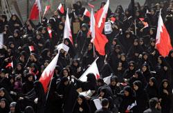 Phụ nữ Bahrain Shiite tham dự đám tang của hai người bị thiệt mạng trong cuộc xung đột với cảnh sát, tại làng Sitra, phía đông của Manama ngày 18 tháng hai, 2011. AFP Photo/Joseph Eid.