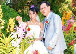 Cô dâu Thạch Thị Hoàng Ngọc và người chồng Hàn Quốc Jang du Hyo tại thời điểm cử hành hôn lễ.