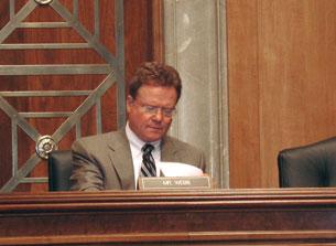 Nghị sĩ James Webb, chủ toạ buổi điều trần