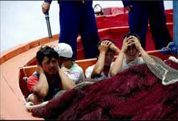 Hải quân anh hùng của Việt Nam nghĩ gì khi nhìn những ngư dân Việt này ngồi dưới chân lính Trung Quốc. Video do TQ phổ biến