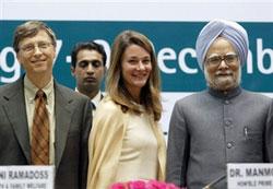 Thủ tướng Ấn Độ (phải), Bill và Melinda Gate tại New Delhi trong một lần tài trợ vắc xin cho trẻ em. AFP PHOTO.