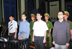 Bốn nhà dân chủ Trần Huỳnh Duy Thức, Nguyễn Tiến Trung, Lê Thăng Long và Lê Công Định tại TAND TPHCM hôm 20/1/2010. AFP photo