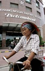 Ngân hàng Vietcombank ở Hà Nội. AFP