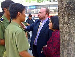 Tham vụ Chính trị Christian Marchant và bà Trần Khải Thanh Thủy bị công an hạch sách trước tòa án Hà nội năm 2009. Source blogharbor
