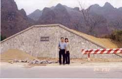 Vợ chồng giáo sư Phạm Minh Hoàng thăm di tích lịch sử Ải Chi Lăng ở miền Bắc năm 2002. Hình do thính giả gửi RFA.