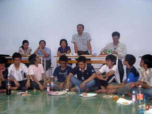 GS Phạm Minh Hoàng (đứng) trong một buổi liên hoan cuối năm với các sinh viên Đại Học Bách Khoa TPHCM hồi năm 2009.