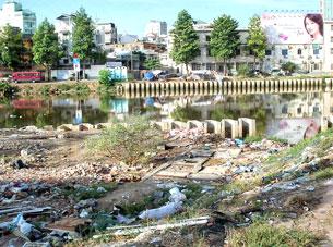 Những bãi rác ngay sau các khu cao ốc ngoài ven TP HCM. RFA