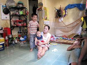 Vợ chồng chị Bình anh Trọng cùng 2 đứa con chen chúc nhau trong căn phòng 8m2Source báo Dân Việt