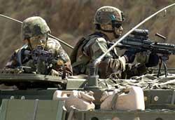 Quân đội Mỹ trên một chiếc xe bọc thép trong một lần luyện tập  quân sự giữa Mỹ và Hàn Quốc tại Daegu. AFP PHOTO / Kim Jae-hwan.