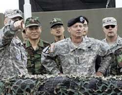 Quân đội Mỹ và Hàn Quốc đang xem xét tại khu phi quân sự giữa Nam  Hàn và Bắc Hàn. AFP PHOTO.