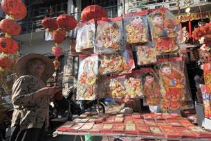 Một gian hàng bán đồ trang trí Tết và bao lì xì tại Hà Nội hôm 9-2-2010. AFP Photo.