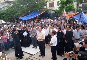 Tổng giám mục Ngô Quang Kiệt đến thăm giáo dân đang cầu nguyện hôm 12-9-2008.
