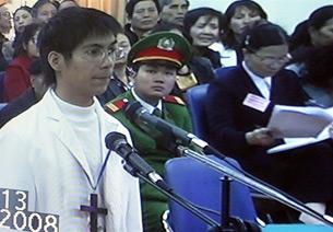 Bị cáo Thái Thanh Hải, một trong 8 giáo dân bị khởi tố, đang trả lời trước phiên tòa ở Hà Nội hôm 8-12-2008. Hình chụp qua màn hình tivi.