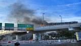 Một chiếc xe buýt bị  đám biểu tính đốt cháy ngay tại Bangkok