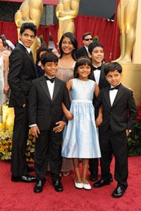 """Các ngôi sao 'nhí' trong phim """"Slumdog Millionaire"""", trước buổi lễ trao giải Oscar 2009 tại nhà hát Kodak ở Los Angeles, California hôm 22-2-2009. AFP PHOTO/Robyn Beck"""