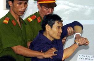 Linh mục Nguyễn Văn Lý bi lôi ra khỏi phiên tòa