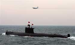 Tàu ngầm Hải quân Trung Quốc và máy bay chiến đấu tập dợt tại vùng  biển tỉnh Sơn Đông ngày 23 tháng tư năm 2009. AFP PHOTO/POOL/Guang  Niu.