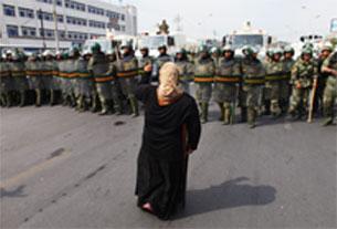 Ủy hội Hoa Kỳ về tự do tôn giáo Quốc tế đặc biệt quan tâm đến việc Trung Quốc trấn áp người Hồi giáo ở Tân Cương. Hình chụp trang bìa phúc trình của USCIRF