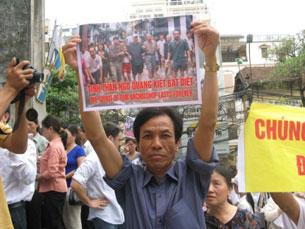Tại buổi lễ ra mắt của đức tân Tổng giám mục phó Hà Nội, nhiều giáo dân đã tới để tham dự. Rất nhiều băng rôn thể hiện tấm lòng với Đức Tổng Giám mục Giuse được giáo dân mang theo trong trật tự, ôn hoà. photo courtesy Nuvuongcongly
