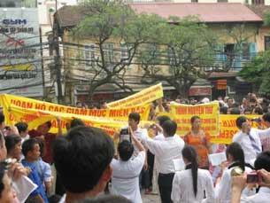 Nhiều giáo dân với băng rôn khẩu hiệu, hình ảnh ủnh hộ đức Tổng Giu Se Ngô Quang Kiệt vào sáng ngày 7 tháng 5 Tại nhà thờ chánh tòa Hà Nội.