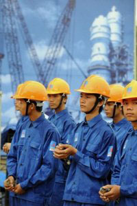 Công nhân Petro Vietnam tháng 5/2008. AFP photo/Hoang Dinh Nam