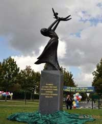 """Tượng đài thuyền nhân """"Niềm Mơ Ước của Mẹ"""", ảnh chụp hôm 12-09-2010. RFA PHOTO/Tường An."""