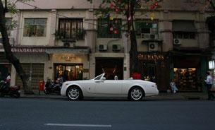 Xe Rolls Royce DropHead trắng trên đường phố Sài Gòn. Photo courtesy of otosaigon.com