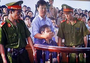 LM Nguyễn Văn Lý bị bịt miệng tại phiên tỏa ở Huế hôm 30-3-2007.