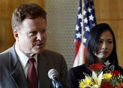 TNS Jim Webb và vợ, Hồng Lê, tại 1 cuộc họp báo ở Hà Nội hôm 04/07/2007. AFP photo.