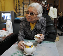 Bà Nguyễn Thị Thanh, một cựu nữ y tá từng giúp đỡ ông McCain trong lúc bị thương và bị bắt làm tù binh Việt Nam. Năm nay đã 81 tuổi, bà Thanh cho rằng người Mỹ bỏ phiếu cho ông Obama vì không muốn có chiến tranh. AFP PHOTO