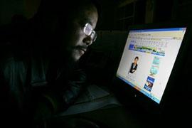 Xem tin tuc trên internet. Ảnh minh họa. AFP