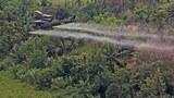 """Trực thăng Hoa Kỳ đang rải một loại hóa chất diệt cây cỏ có tên là """"Agent orange"""""""