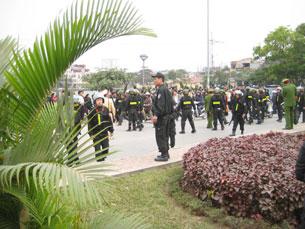 Cảnh sát được tăng cường chung quang nơi xử án. Photo courtesy Vietcatholic