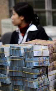 Tiền đồng Polymer của Việt Nam, ảnh chụp tại Hà Nội hôm 28/02/2008. AFP PHOTO.