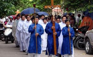 Giáo sĩ và Giáo dân nhiều giáo phận ở miến Bắc tiếp tục tập trung về Thái Hà tham gia cầu nguyện.