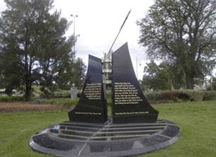Cán cột cờ trên tượng đài bị kéo lệch về bên phải