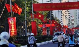 Việt Nam treo cờ chuẩn bị lễ kỷ niệm ngày thành lập đảng.