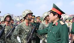 Bộ trưởng quốc phòng Việt Nam Phùng Quang Thanh thị sát hợp luyện diễu binh bộ đội đặc công. Photo courtesy of Datviet.