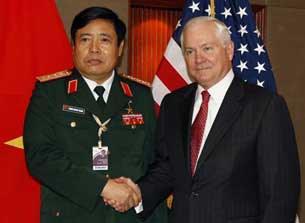 Bộ trưởng Quốc phòng Mỹ Robert Gates (phải) và Bộ trưởng Bộ Quốc phòng Việt Nam Phùng Quang Thanh bắt tay tại cuộc họp song phương bên lề hội nghị an ninh hàng năm, ở Singapore ngày 04 tháng 6 năm 2010.