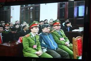 Ông Trần Anh Kim tại phiên xử kín tại tòa án Thái Bình hôm 28-12-2009. Hình chụp qua màn hình tivi đặt cạnh phòng xử án.