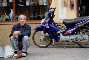 Hanoi-elderly-man-305.jpg
