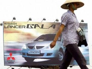Bích chương quảng cáo xe hơi tại Hà Nội. (Ảnh minh họa)