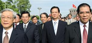 Với cơ chế lãnh đạo hiện nay tại Việt Nam, mọi quyền hành đều nằm trong tay các đảng viên CS.  Hình từ trái sang: Các ông Nguyễn Phú Trọng chủ tịch quốc hội, Nguyễn Minh Triết chủ tịch nước, Nguyễn Tấn Dũng thủ tướng chính phủ, Nông Đức Mạnh tổng bí thư.