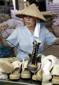 Công nhân làm việc tại một xưởng sản xuất giày ở ngoại ô Sài Gòn. AFP PHOTO
