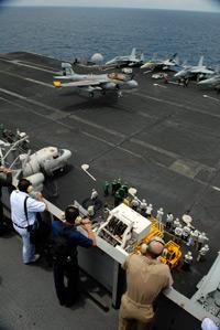 Hàng không mẫu hạm USS John Stennis có thể chứa được 74 chuyên cơ. Photo courtesy of navy.mil