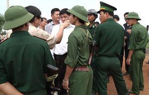 Công an biên phòng Việt Nam ngăn chặn không cho DB Sam Rainsy đến xem xét cột mốc biên giới tạm số 103,  ở xóm Rong, huyện Mê mót, tỉnh Kampong Cham (14/12). Photo Quốc Việt RFA