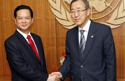 Thủ tướng Việt Nam Nguyễn Tấn Dũng gặp gỡ Tổng thư ký Liên Hiệp Quốc Ban Ki Moon (phải) tại New York hôm 27-9-2007. AFP PHOTO