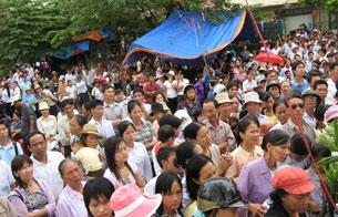 Bất chấp những đe dọa từ phía chính quyền, hàng ngàn giáo dân vẫn tiếp tục trung cầu nguyện.