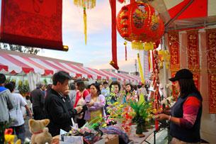 Chợ Tết Cali. Source Giác Ngộ Online